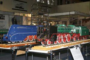 Modele parowozów Pm36 w obu wersjach.