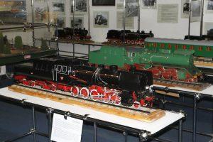 Modele parowozów Ty45 i Ok55.