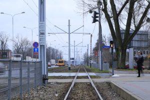 Zgierska - zatrzymanie ruchu. W oddali widoczna kolumna tramwajów.