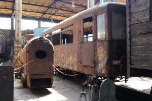Wagon motorowy SN51-02 i kocioł parowozu TKb 10672.