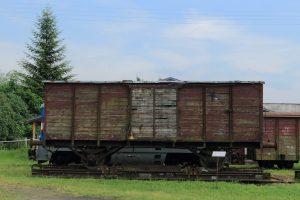 Wagon kryty z przełomu XIX i XX wieku na transporterze Tddyyhp.